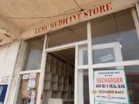 liberianische-apotheke-in-kakata-mit-leeren-regalen