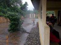 die-patienten-warten-geduldig-auch-waehrend-der-liberianischen-regensaison