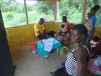 Impfen von Kindern vor der Clinic, da es innen zu heiss ist