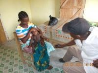 robert-ziapolee-unser-bester-primary-health-worker-bei-der-arbeit-in-der-yarbayah-clinic