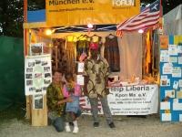 Famata zeigt Plantains, wie sie zuhauf in ihrer Heimat Liberia wachsen
