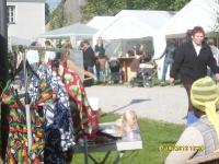 eine Liberianerin verkauft Kleider aus ihrem Land im oberbayerischen Kloster Spielberg 2010