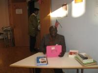 vice-vorsitzender-francis-amissah-an-der-kasse-des-adventsmarkts-st-bernhard-2013