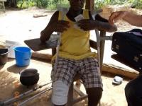 arthur-kollie-bekommt-die-geldspende-fuer-seine-beinprothese