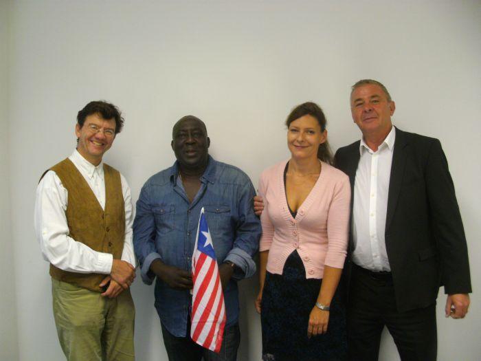 Die Vorsitzenden der Organisation Help Liberia-Kpon Ma zusammen mit dem Honorarkonsul für Liberia in München, Herrn Peter Aicher und seine Sekretärin Michaela Anfang