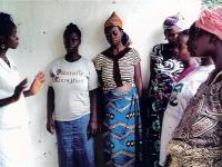 Eine unserer Hebammen instruiert schwangere Frauen in einem unserer Outposts