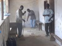 Am Ende eines Behandlungstag helfen alle mit bei der Reinigung der Clinic