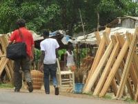Auf der Suche nach günstigen Clinic-Möbeln bei Händlern an der Strasse.