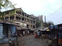 Das ehemalige Maternity-Hospital in Monrovia mit dem Dukor-Hotel im Hintergrund ist nur noch ein runtergekommener Slum