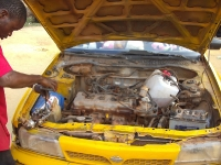 Der Kanister im Motorraum ist der Benzintank