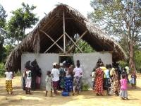 Die ankommenden Patienten aus den Wäldern fanden schon keinen Platz mehr in der Kirche, in welcher wir vorübergehend behandelten
