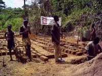 Für den Neubau unserer Buschclinic werden in ehrenamtlicher Arbeit kostenlose Lehmziegel hergestellt.