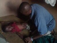 Ein Bub mit hochfieberhafter Malaria wurde notfallmäßig von weit aus dem Busch zu Robert gebracht