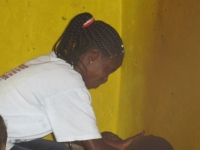 Eine so erfahrene Hebamme wie Fatu kann auch ohne Maschinen im Busch den Schwangeren viel helfen