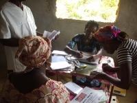 Garmay hilft in Mawah bei der Registrierung der Patienten