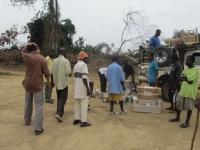 Nach der Ankunft in der Buschclinic Yarbayah werden die Hilfsgüter erstmal abgeladen