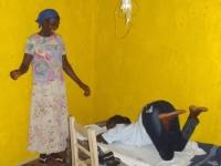 Nancy, unsere Hebamme aus dem Krankenhaus, bringt Fatu in Yarbayah Schwangerschaftsgymnastik bei