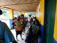 Patienten warten geduldig vor der Tür zum Mediziner in der Mawah-Clinic