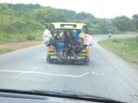 Sieben Passagiere im Kofferraum und noch sechs sitzen vorn im Taxi
