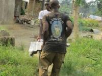 Sogenanntes Zinc, Wellblech für die Buschclinicen. Man beachte das T-Shirt!