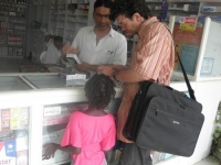 Unser indischer Apotheker berät uns immer gut