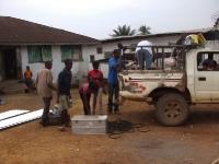 Wir laden Material zur Renovierung der Buschclinic auf einen gemieteten Pick-Up