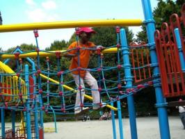 Auf einem Münchner Kinderspielplatz wenige Wochen nach den Operationen