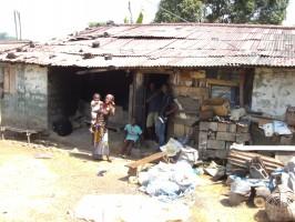 Famatas Wohnhaus in Bong Mines mit ihrer Mutter Oretha davor