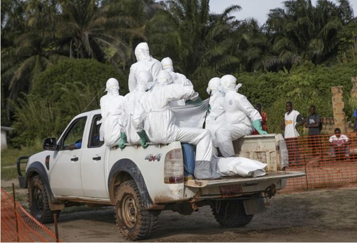 Das Ebola-Repsonse Team bringt einen Ebola-Toten weg