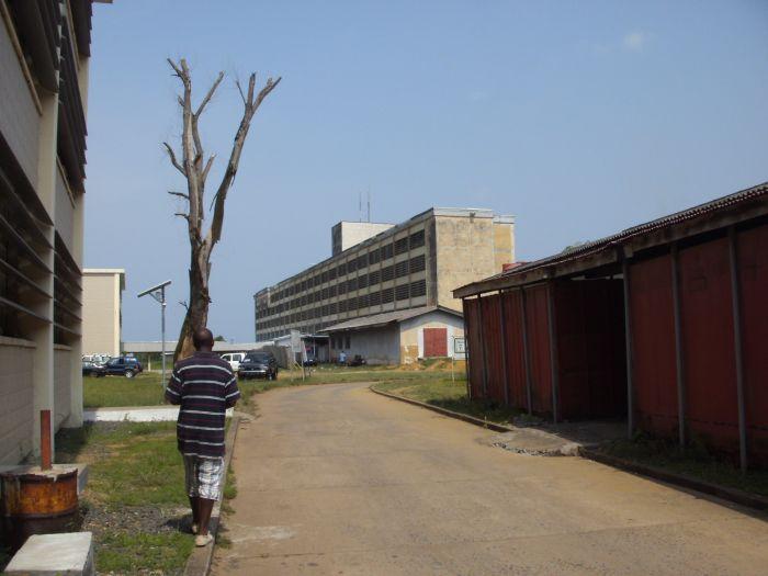 Das J.F.K. - Hospital von hinten gesehen