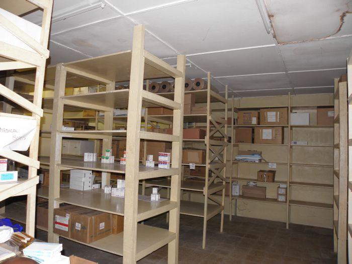Das Medikamentenlager des Bong Mine Hospitals, fast leer. Arzneien müssen die Angehörigen selbst mitbringen