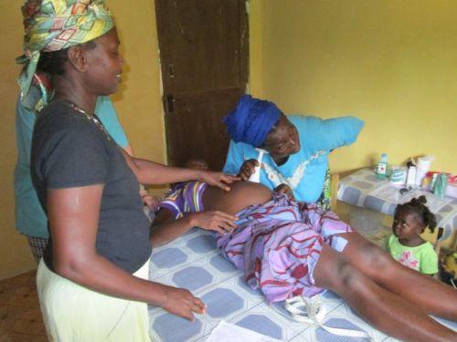 Der Entbindungstisch in unseren Buschclinicen wird an allen Tagen der Woche rund um die Uhr benutzt; - auch in Ebola-Zeiten!