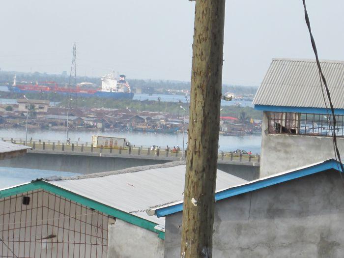 Der Freeport, der Hafen von Monrovia, von Waterside aus gesehen