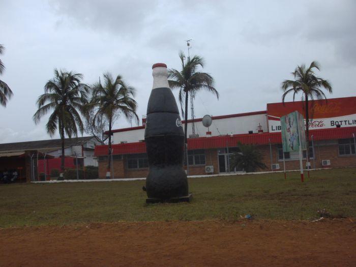 Der Haupteingang der großen Coca-Cola-Fabrik bei Paynesville vor den Toren Monrovias