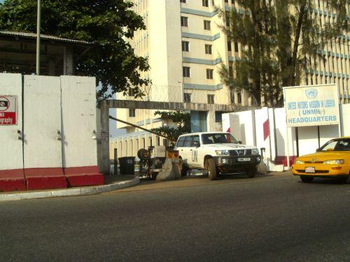 Der streng gesicherte Haupteingang zum UN-Hauptquartier in Monrovia