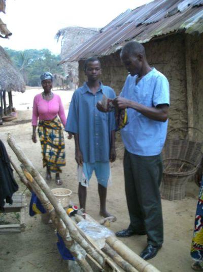 Ein Gesundheitsarbeiter betreibt Aufklärung in der Gemeinde