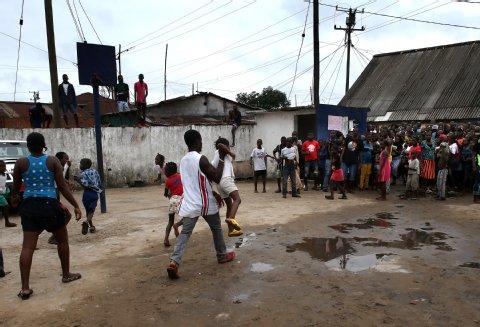 Ein Vater holt sein Ebola-infiziertes Kind wieder aus der Clinic.