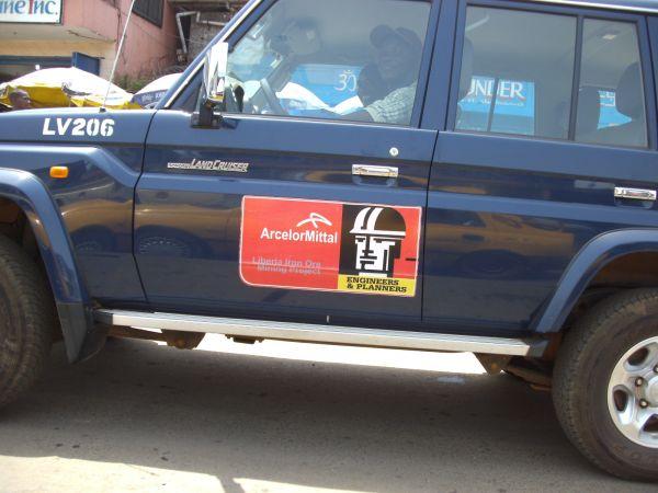 Ein Wagen des indischen Metall-Konzerns ARCELOR MITTAL STEAL in Monrovia