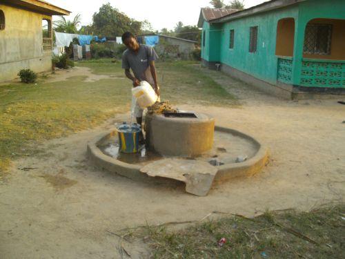 Einer der vielen Wasserbrunnen in Liberia