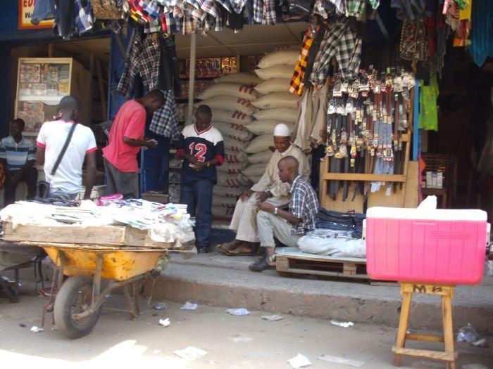 Einer von vielen Reishändlern im Stadtteil Dualla; - noch gut bestückt, weil ein Bild vom April 2014