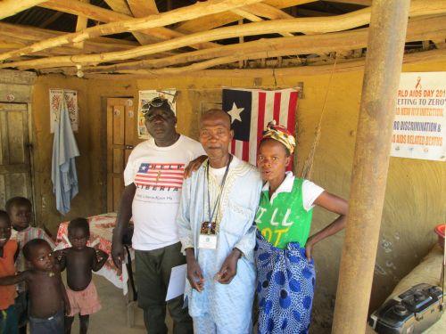 In der Mitte der nun gestorbene Clan-Chief Varney Kamara mit seiner Frau und Francis Amissah, dem Vize-Vorsitzenden von Help-Liberia