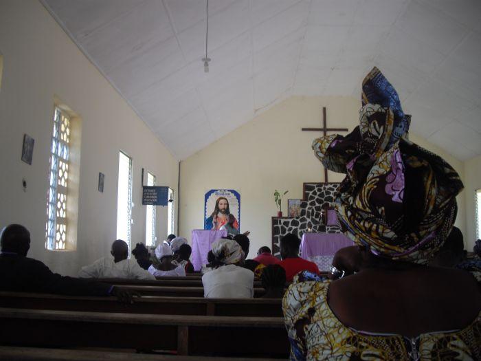 In einem katholischen Gottesdienst in Bong Mines