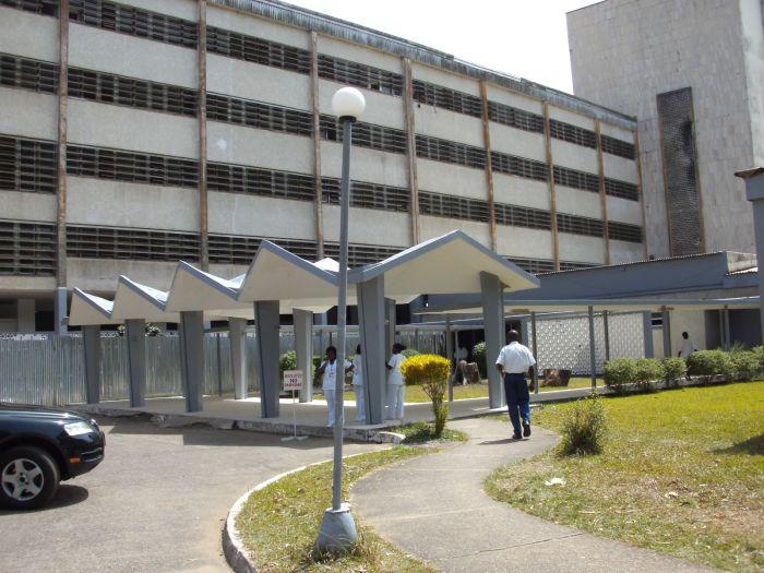 Der Haupteingang des JFK-Hospitals