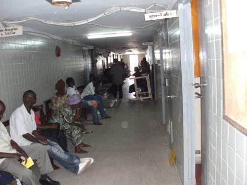Patienten warten oft stundenlang in den langen Fluren des JFK-Hospitals