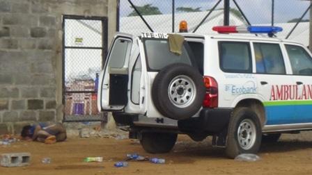 Vor dem rechten Tor des ELWA-Compunds, in dem sich auch das größte, jetzt überfüllte Ebola-Center befindet