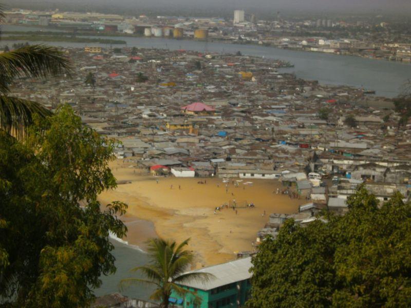 Das Slum-Viertel West-Point in Monrovia vom Ducor Hotel aus gesehen