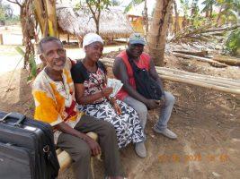 Francis Amissah, der Vize-Vorsitzende der Organisation, ueberbringt Victoria eine weitere Hilfe zum Krankenschwestern-Stipendium