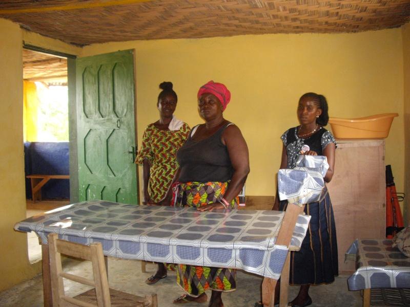 Victoria, Marie und Margareth präsentieren einen hygienisch einwandfreien Entbindungsraum
