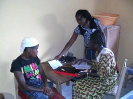 Victoria mit unserer Teaching Midwife Margareth